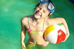 Mała dziewczynka w dopłynięcie basenie Zdjęcia Royalty Free