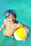 Mała dziewczynka w dopłynięcie basenie Obraz Stock