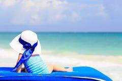 Mała dziewczynka w dużym kapeluszu na lato plaży Zdjęcie Royalty Free