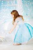Mała dziewczynka w eleganckiej sukni jadącym saniu Fotografia Royalty Free