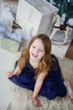 Mała dziewczynka w eleganckiej sukni obsiadaniu na jego śmiechach i podołku Zdjęcie Royalty Free