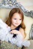 Mała dziewczynka w eleganckiej sukni obsiadaniu na krześle Zdjęcie Royalty Free
