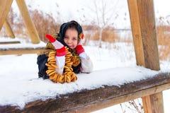 Mała dziewczynka w futerkowym żakiecie z bagels Fotografia Stock