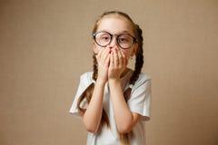 Mała Dziewczynka w glases Ma zabawa portret zdjęcie royalty free