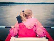 Mała dziewczynka w kajaku na jeziorze Obraz Royalty Free