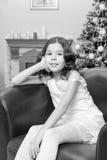 Mała dziewczynka w karle choinką Obraz Royalty Free