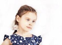 Mała dziewczynka w kropki sukni z pigtails obrazy royalty free