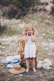 Mała dziewczynka w krześle outdoors Fotografia Stock