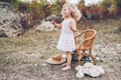 Mała dziewczynka w krześle outdoors Obrazy Stock