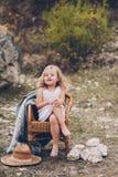 Mała dziewczynka w krześle outdoors Obraz Stock