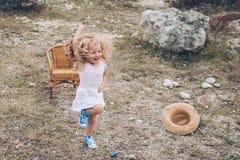Mała dziewczynka w krześle outdoors Zdjęcie Royalty Free