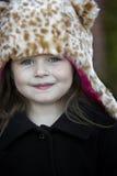 Mała dziewczynka w lampart imitaci futerkowym kapeluszu fotografia stock