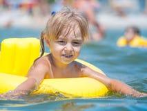 Mała dziewczynka w morzu obrazy stock