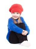 Mała dziewczynka w nakrętki czerwonych uśmiechach fotografia royalty free