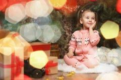 Mała dziewczynka w nowego roku ` s bożych narodzeń atmosferze Dziewczyna jest happ Fotografia Stock