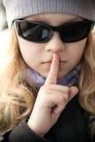 Mała dziewczynka w okularów przeciwsłonecznych przedstawień ciszy znaku Obraz Stock