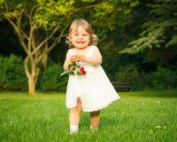 Mała dziewczynka w parku Zdjęcia Royalty Free