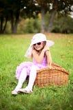 Mała dziewczynka w pięknej sukni w koszu w lata pa Fotografia Stock
