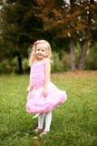 Mała dziewczynka w pięknej sukni w lato parku Obraz Stock