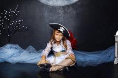 Mała dziewczynka w pirata kostiumu pojęcie kalendarzowej daty Halloween gospodarstwa ponury miniatury szczęśliwa reaper, stanowis Obrazy Royalty Free