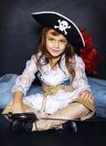 Mała dziewczynka w pirata kostiumu pojęcie kalendarzowej daty Halloween gospodarstwa ponury miniatury szczęśliwa reaper, stanowis Fotografia Stock