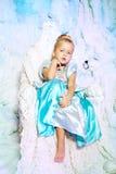 Mała dziewczynka w princess sukni na tle zimy czarodziejka Obraz Royalty Free