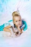 Mała dziewczynka w princess sukni na tle zimy czarodziejka Zdjęcie Royalty Free