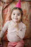 Mała dziewczynka w różowej bluzce na kierowniczej nakrętce Obraz Royalty Free