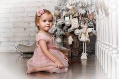Mała dziewczynka w retro Bożenarodzeniowym wnętrzu Fotografia Royalty Free