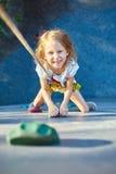 Mała dziewczynka w rockowego pięcia gym Obraz Royalty Free