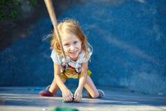 Mała dziewczynka w rockowego pięcia gym zdjęcia royalty free