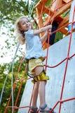Mała dziewczynka w rockowego pięcia gym Zdjęcie Royalty Free