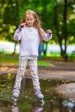 Mała dziewczynka w rolkowych łyżwach przy parkiem fotografia stock
