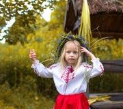 Mała dziewczynka w ukraińskim odziewa obrazy royalty free