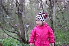 Mała dziewczynka w wiosna parku fotografia royalty free