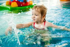 Mała dziewczynka w wodzie Zdjęcia Royalty Free