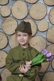 Mała dziewczynka w wojskowym uniformu dla zwycięstwo dnia wakacje obraz royalty free