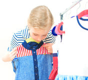 Mała dziewczynka wybiera suknię Obraz Stock
