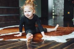 Mała dziewczynka wykonuje dratwę Fotografia Royalty Free