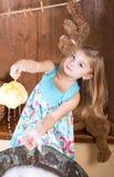 Mała dziewczynka wymazuje niedźwiedzi Zdjęcia Stock