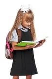 Mała dziewczynka z ćwiczenie książkami fotografia stock