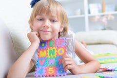 Mała dziewczynka z abecadło łamigłówką zdjęcia stock