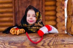 Mała dziewczynka z bagels zimą Zdjęcia Stock