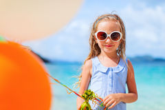 Mała dziewczynka z balonami przy plażą Zdjęcie Royalty Free