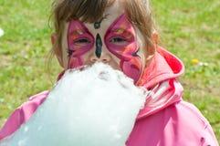 Mała dziewczynka z bawełnianym cukierkiem Obrazy Royalty Free