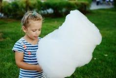 Mała dziewczynka z bawełnianym cukierkiem Fotografia Stock