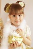Mała dziewczynka z Bożenarodzeniowym prezentem zdjęcie stock