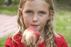 Mała dziewczynka z brzoskwinią Obraz Royalty Free