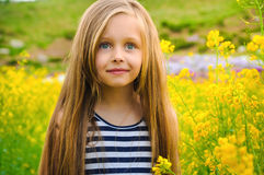Mała dziewczynka z bukietem - szczęśliwa dziewczyna Obraz Royalty Free