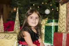 Mała Dziewczynka z choinką, Przedstawia & Zaświeca obraz royalty free